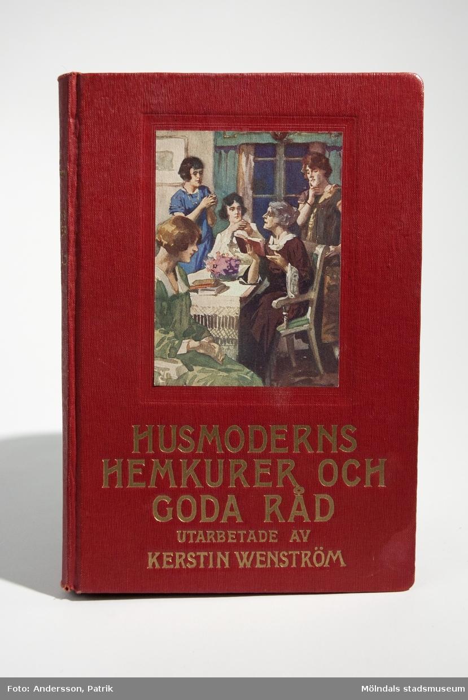 """Boken - """"HUSMODERNS HEMKURER OCH GODA RÅD"""" (femte upplagan), utgiven  1929. Utarbetad av Kerstin Wenström. Avsnitten om """"JURIDISKA RÅD FÖR HEMMET"""" är skrivna avE. O. Hovrättsnotarie A. Bergström.Förlag: B. Wahlströms Förlag i Stockholm, 1929.Boken innehåller hemkurer för sjukdomar, kropps- och skönhetsvård, inredningstips och koder för sociala sammanhang med mera.Den ingår i en bokserie som heter """"HANDBÖCKER FÖR HEMMET."""" och är bok nr. 5 i serien.På försättsbladet står namnet """"Frida Kåberg."""" handskskrivet med blyets. Detta kan kanske vara en möjlig brukare av boken? Givarens farmor Linnea som är född på Hälsö hade denna bok. Längst bak i boken ligger häftet, MMR03427. Var Linnea har fått boken ifrån vet givaren inte.Boken har hårda pärmar som är röda. På framsidan sitter en påklistrad tryckt färgbild som föreställer husmödrar i ett kök. Nedanför bilden finns bokens namn tryckt med guldfärg.Kerstin Wenström var en känd författere till kokböcker och skrev böcker för barn. Samtidigt översatte hon olika sorters litteratur."""