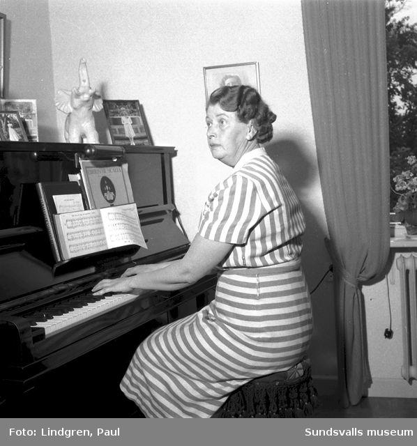 Fru Normark vid pianot hemma i Indal.