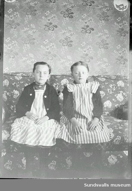 Porträtt, två flickor, Ester Näslund till vänster