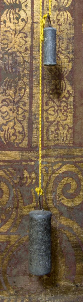 Lod, två stycken, av bly, med märlor, upphängda i snöre.