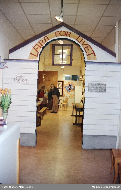 """Interiörbilder från utställningen """"Lära för Livet - skolan i Mölndal under 200 år"""". Visades på Mölndals museum 1988-03-12 - 1989-03-19 och bestod av insamlat material från Mölndals skolor."""