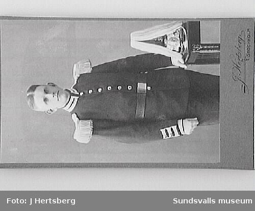 Porträtt i ateljé. J. Hertberg Stockholm.  Hamngatan 5 A.G första pris, däraf. Guldmedaljer: Turin 1902. Helsingborg 1903.