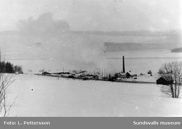 Lerviks sågverk vid branden ca 1970. Per Erik Åström, Alnö var sista ägaren inpå 1960-70 talet.  C.O. Dahlström upphörde med driften 1963.
