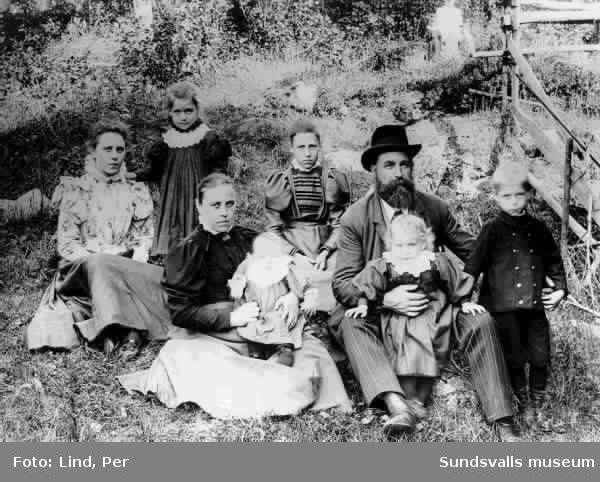 Alby 1898. Familjebild,  föräldrar och sex barn.