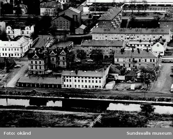 Flygfoto. Bebyggelse längs Selångersån Gulf-mack på Storgatan.