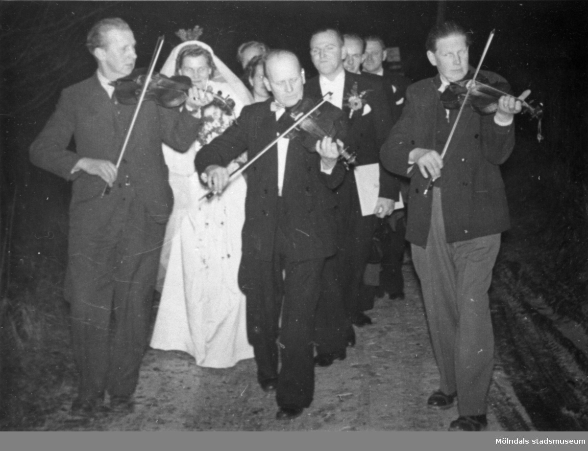 Bröderna Svensson spelar på bröllop i Halland 1955. Bruden Ejvor Axelsson och brudgummmen Arne Axelsson.