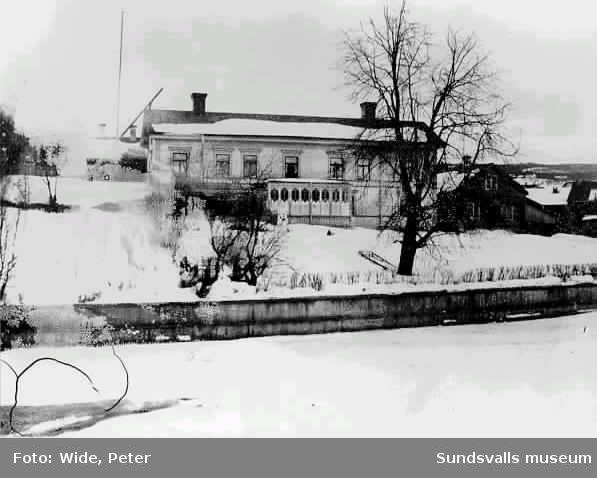 Tjänstebostäder för Sundsvalls bryggeriets förmän och ev också bryggarmästare. Det lilla huset t v var Vinfabrikens utskänkningslokal. Kv Västkilen.