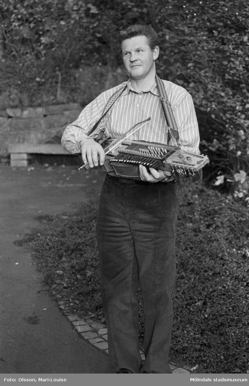 Porträtt av Sven-Åke Svensson, i Mölndals kvarnby 1990. S-Å Svensson spelar nyckelharpa i Hällesåkers spelmanslag samt i Spelmanslaget Lommebôs.