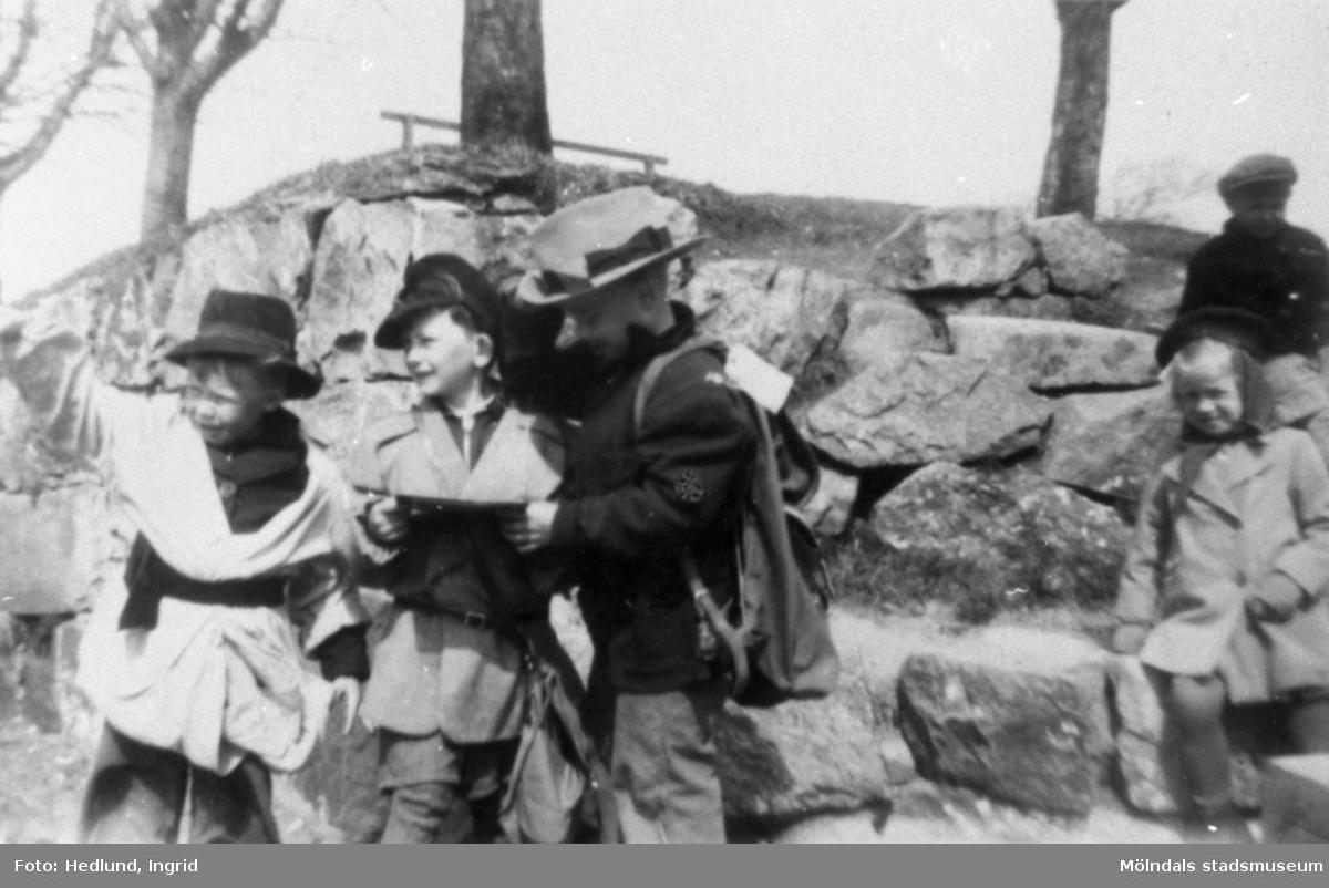 Bosgårdens barnträdgård 1938-1945. Barn som har klätt ut sig i vuxenkläder.