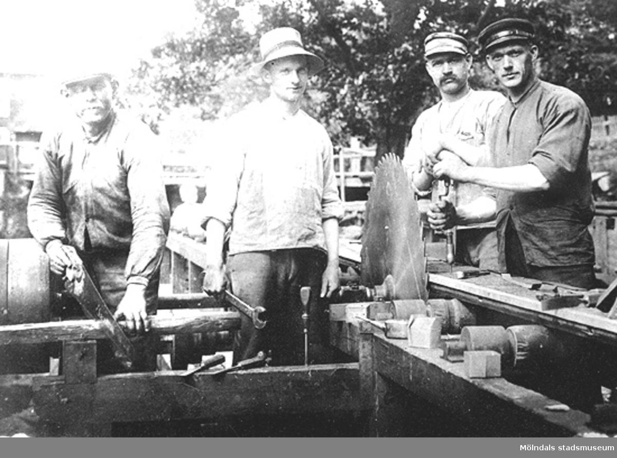 Annestorp i Lindome. Nedströms ån drevs en kvarn och såg som även anlitades av lantbrukare på orten. (H.B). Gruppfoto av arbete vid sågen. Personerna från vänster till höger är uppräknade i namnlistan ovan. Adel var mjölnare, Erik Bergman var snickare och Harrys far, Andrén var mjölnare och John Hedlund var snickare och morbror till Harry Bergman.
