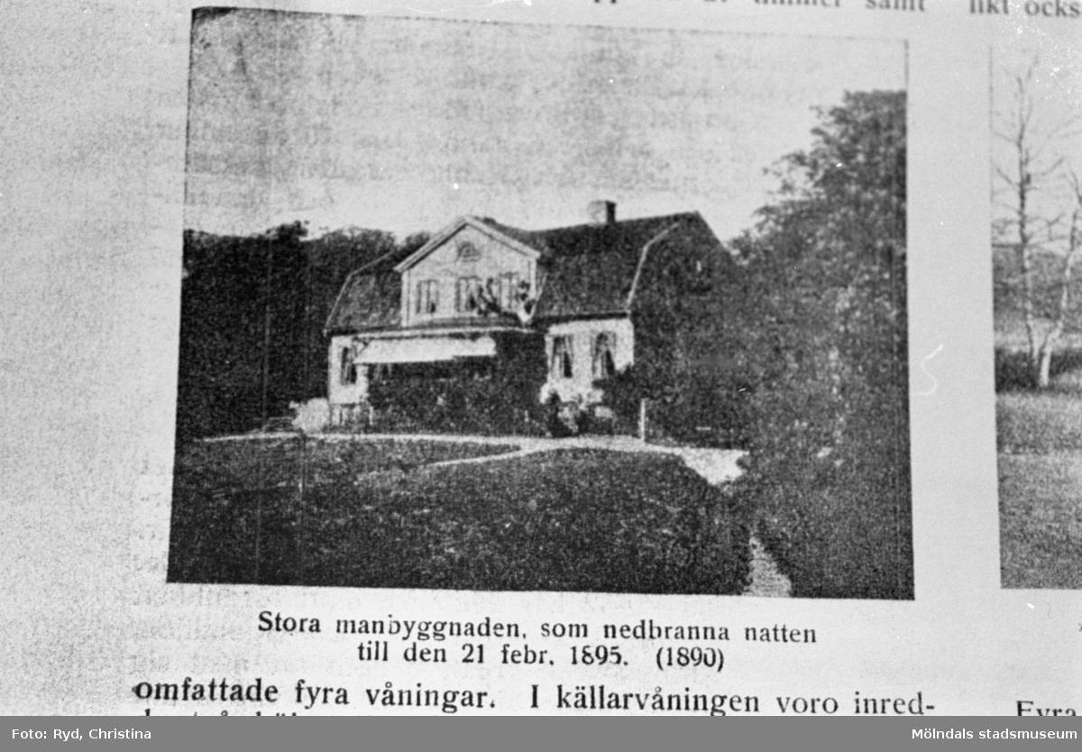 Gamla gården i Lackarebäck, Mölndal.  Ur: Faesbiaergha nr 2 (1934) s. 23. Bild på manbyggnaden (tagen omkring 1890) som brann den 21 februari 1895.