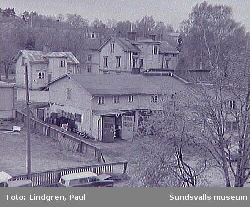Albäcksgatan 31. Bilreparatörsverkstad i förgrunden. F d stall för åkeri.
