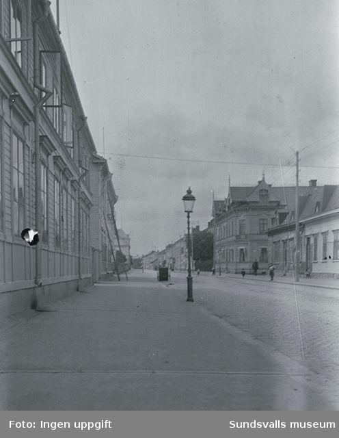 Storgatan på Västermalm. Längst till vänster på södra sidan, kvarteret Målaren med Sundsvalls Arbetsstuga och 125:ans kafé. Till höger kvarteret Guldsmeden.
