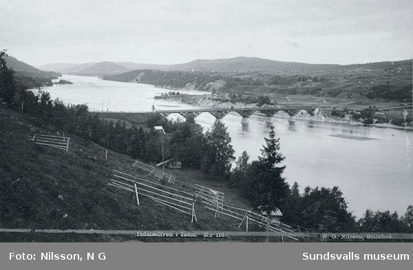 Kävstabron (den träbro, som byggdes 1888) vid Indal. Indalsälven.I bakgrunden (västerut) skymtar Hallstaberget.