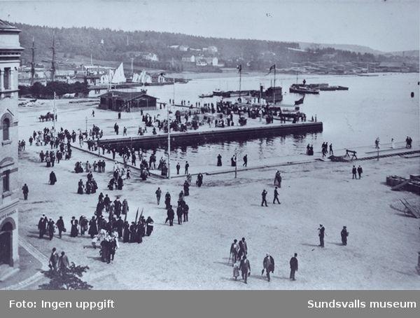 """Vy över hamnen, s k """"Finska viken"""", kallbadhuset, segelskutor m m"""