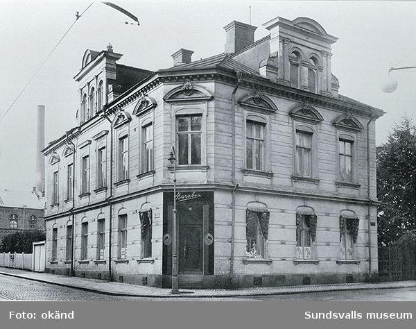 Äldre stenhus uppfört 1894 och rivet 1946 på Rådhusgatan 1. Arkitekt  Knut Gyllencreutz ritade huset. Från början innehades hörnbutiken av den puckelryggige urmakaren Ernst Westman.