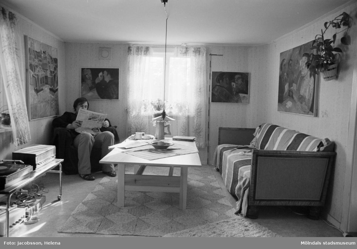 Interiörbild i bostadshus på Roten M 21 i Mölndals Kvarnby, 1972.  Bostadshusets tomt har en terränganpassad komplicerad planform.