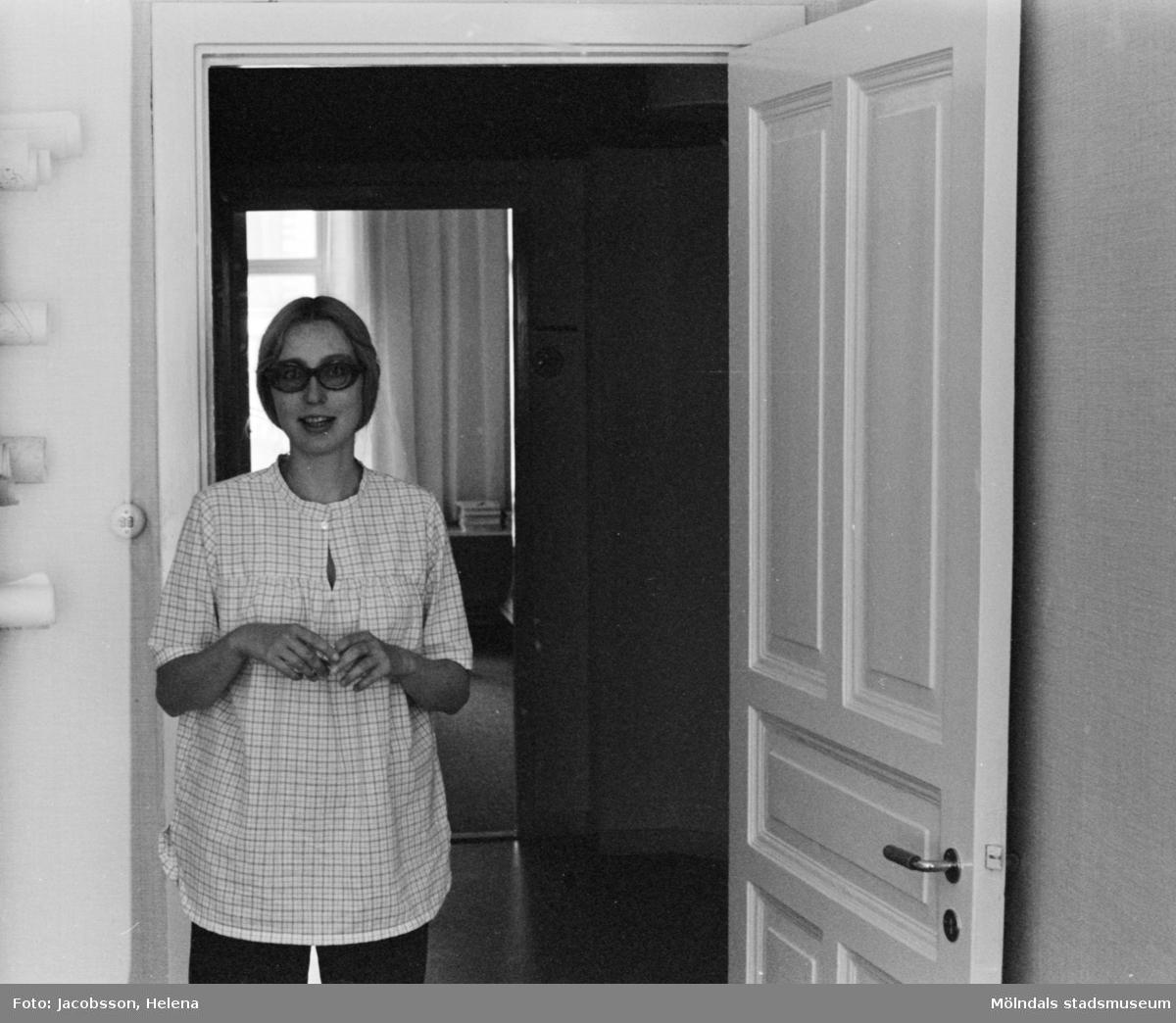 Bostadshus på Roten M 22 i Mölndals Kvarnby som användts som ateljé, 1972. En kvinna finns med på bilden.