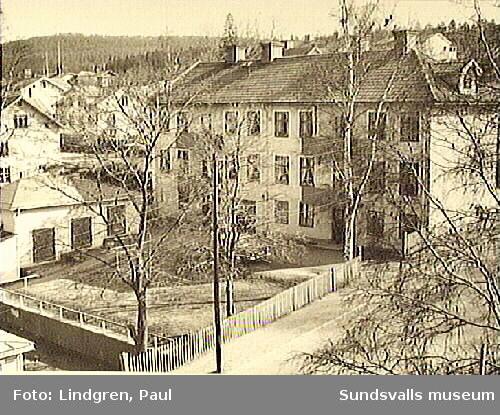 Södermalmsgatan 22 (nu 29). Byggnaden var ursprungligen av sten med rappning utanpå. Husen finns ännu kvar (2019) men har modifierats till utseendet och har träfasad.