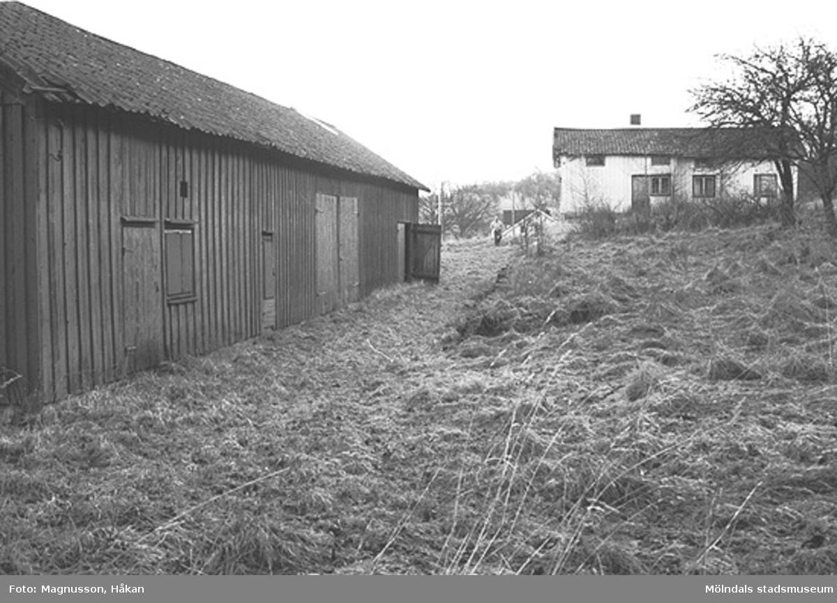 Bostadshus med uthus på Tållered 1:8 i Tållered, februari 1991. Fastigheten ägdes av Werner Karlsson (död 1990).