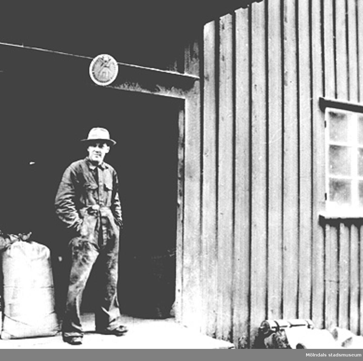 Mjölnaren Ernst Ellerot vid lastbryggan utanför Ålgårdsbacka kvarn. Fotograf och årtal är okänt.