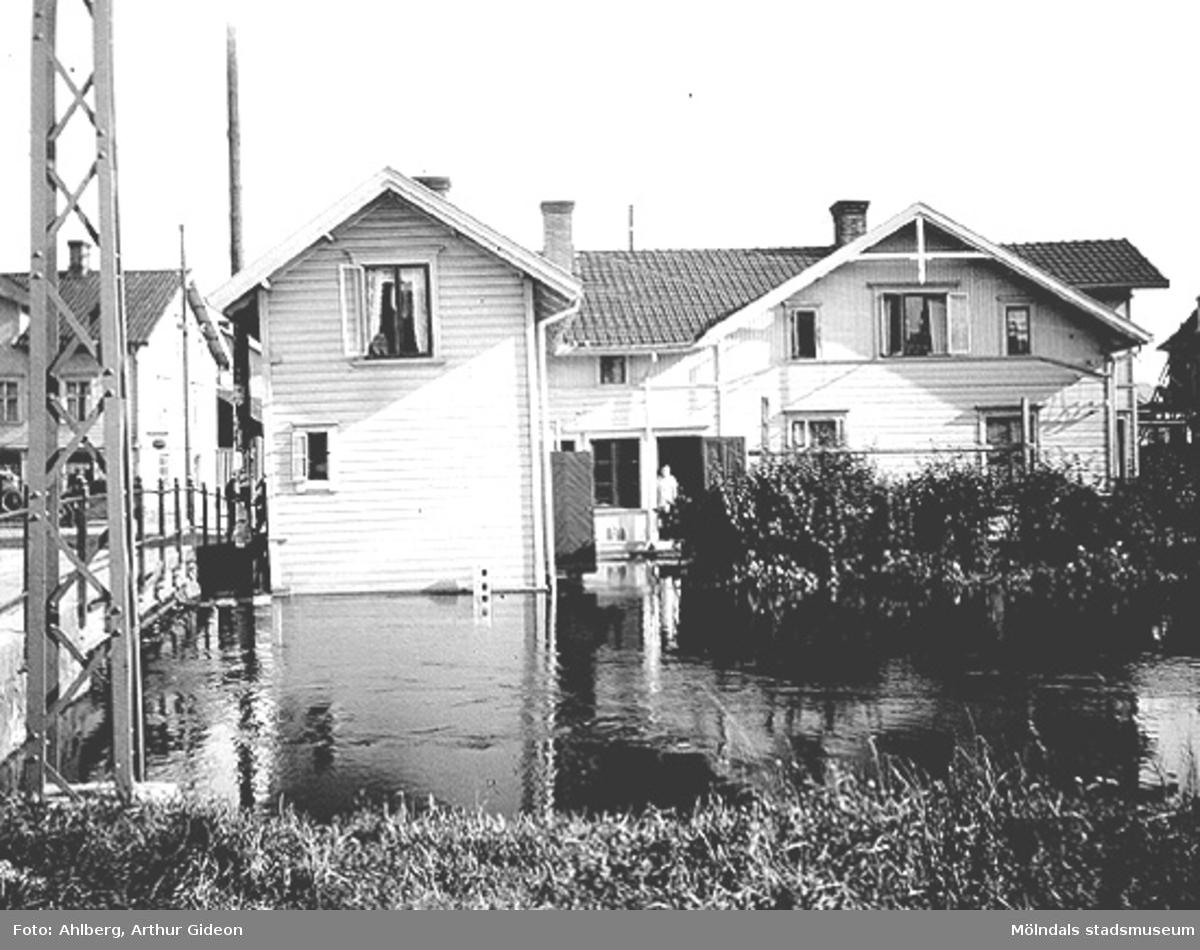 Översvämning i Mölndalsbro omkring 1920. Göteborg-Bohus läns sparbanks hus, på Kungsbackavägen 1, sett bakifrån.