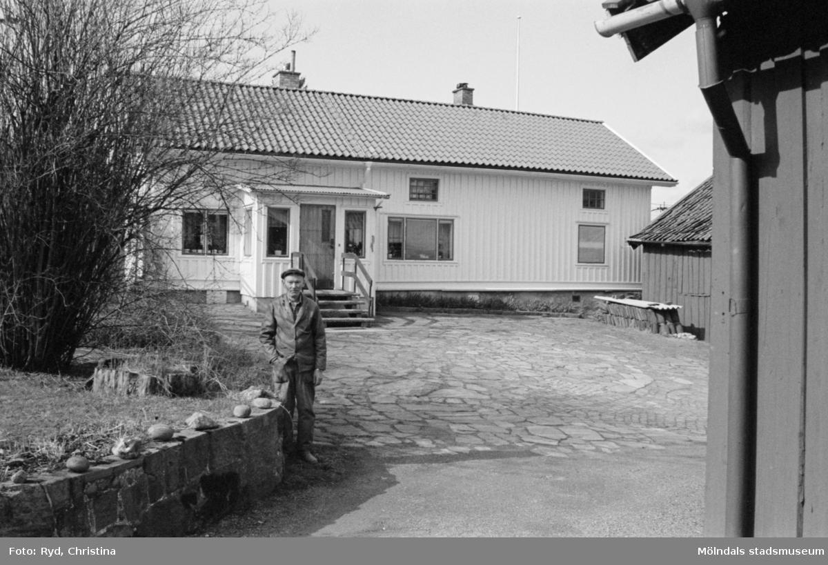 Byggnadsdokumentation av bostadshus vid Heljered 1:20 (1:2) i Kållered, 1992. Paul Eriksson står framför huset.