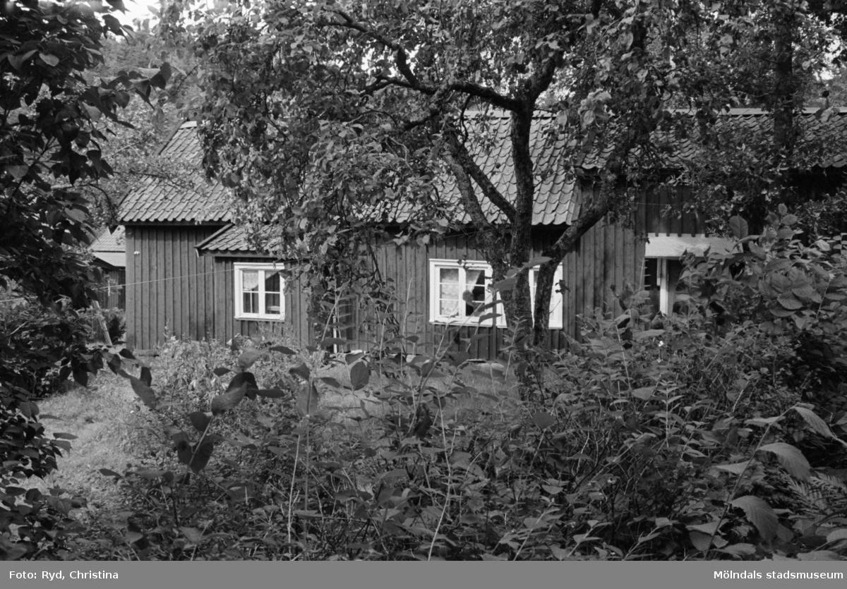 Ett bostadshus (mangårdsbyggnad) med snickeri. Skräppholmen 2:13 i Lindome, 1991.