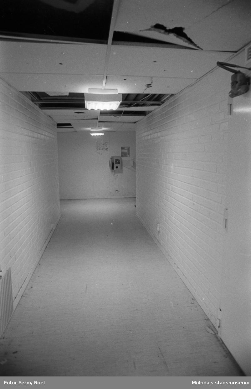 En korridor i en källare. Dokumentation av Sagåsens flyktingförläggning, 1992.