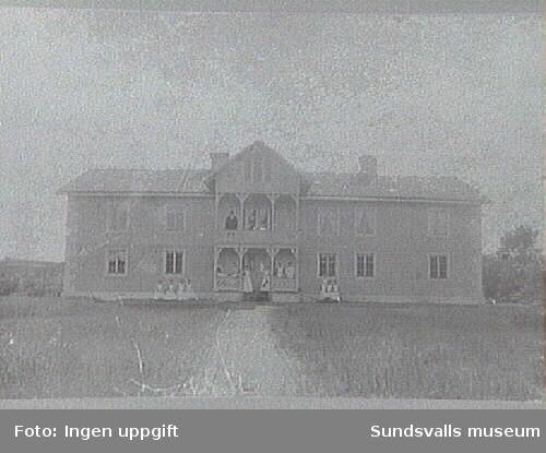 Gården uppförd i nuvarande läge 1768. 1904 byggdes om av grosshandlare Olof Åström från Sättna. Ombyggd huvudbyggnad, med ny fasadpanel vilken rusticerats med lister och hörnkedjor för att likna stenhus.