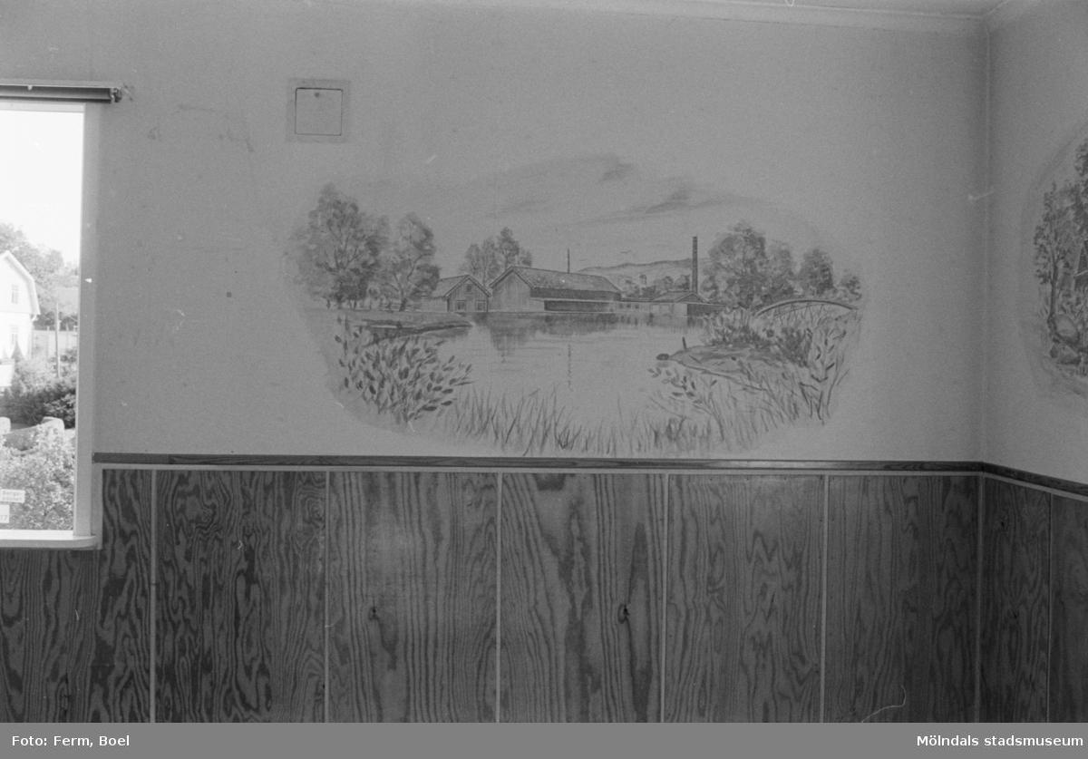 Dokumentation av väggmålningar i Ryets bibliotek 1992. Biblioteket har tömts på grund av nedläggning. Här ser man Kvarnfallet 31 vid Grevedämmet. Till höger ses Sågdalens järnvägsbro.