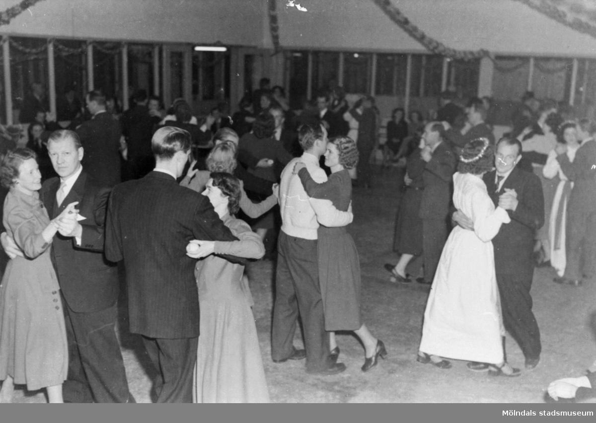 Luciafest på August Werners fabrik 1949. Luciatärnor bland de dansande på dansgolvet.