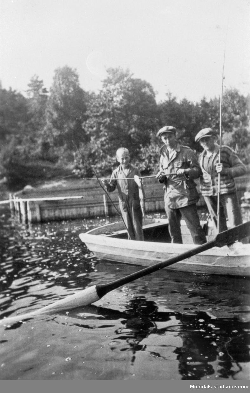Fisketur i roddbåt på Nordsjön med John Svensson och Augustas P. kusin,  Arnold Larsson, vem pojken är vet ingen. Bilden är tagen den 17 augusti 1931.