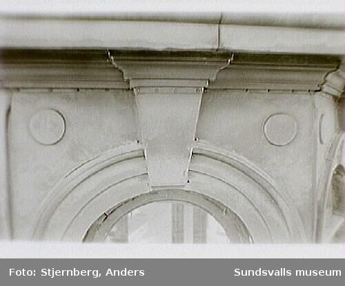 Bild 05 Vy över delvis gamla (1960-tal) vindskupor som kompleterats med nya mot  Centralgatan.Bild 07-09 Stora tornets punchverandamed bord och väggfasta bänkar, enkelt bågade fönster och pärlspont.
