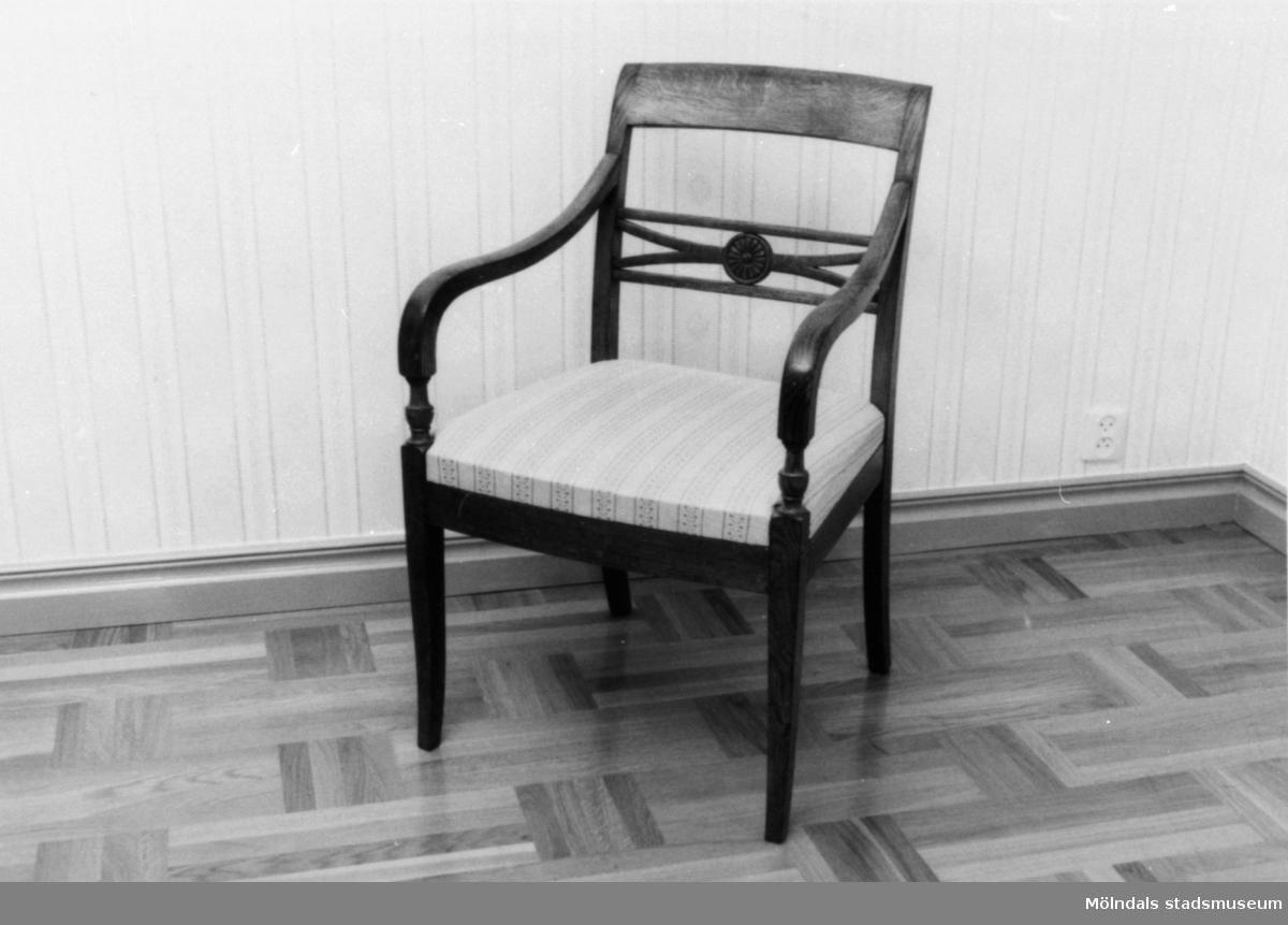 Karmstol med klädd sits i Empirestil.