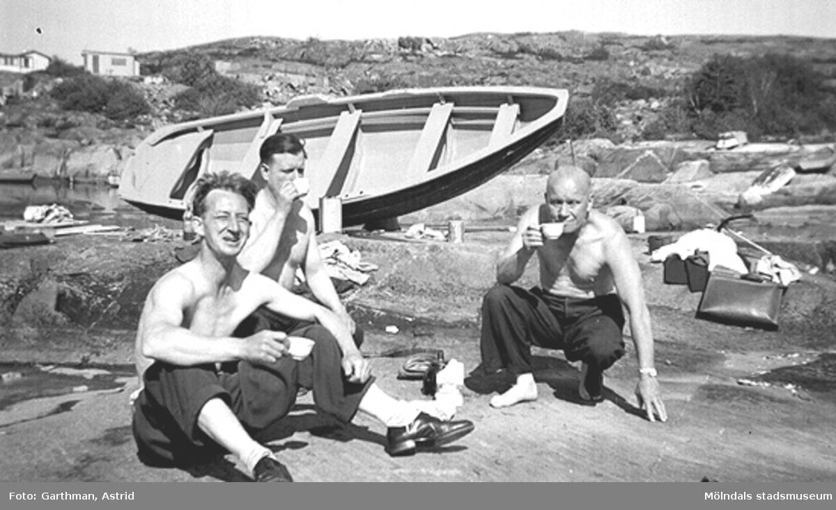 Från vänster: Arne Jansson, Helmer Garthman och Charlie Magnusson, arbetskamrater från API (Pumpindustrin i Krokslätt), har fikapaus och hjälper till med vårarbetet på Garthmans båt. Näset, 1950-tal.