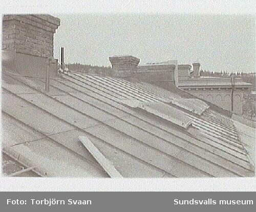 Ny plåtläggning av tak. Inklädnad av skorsten.