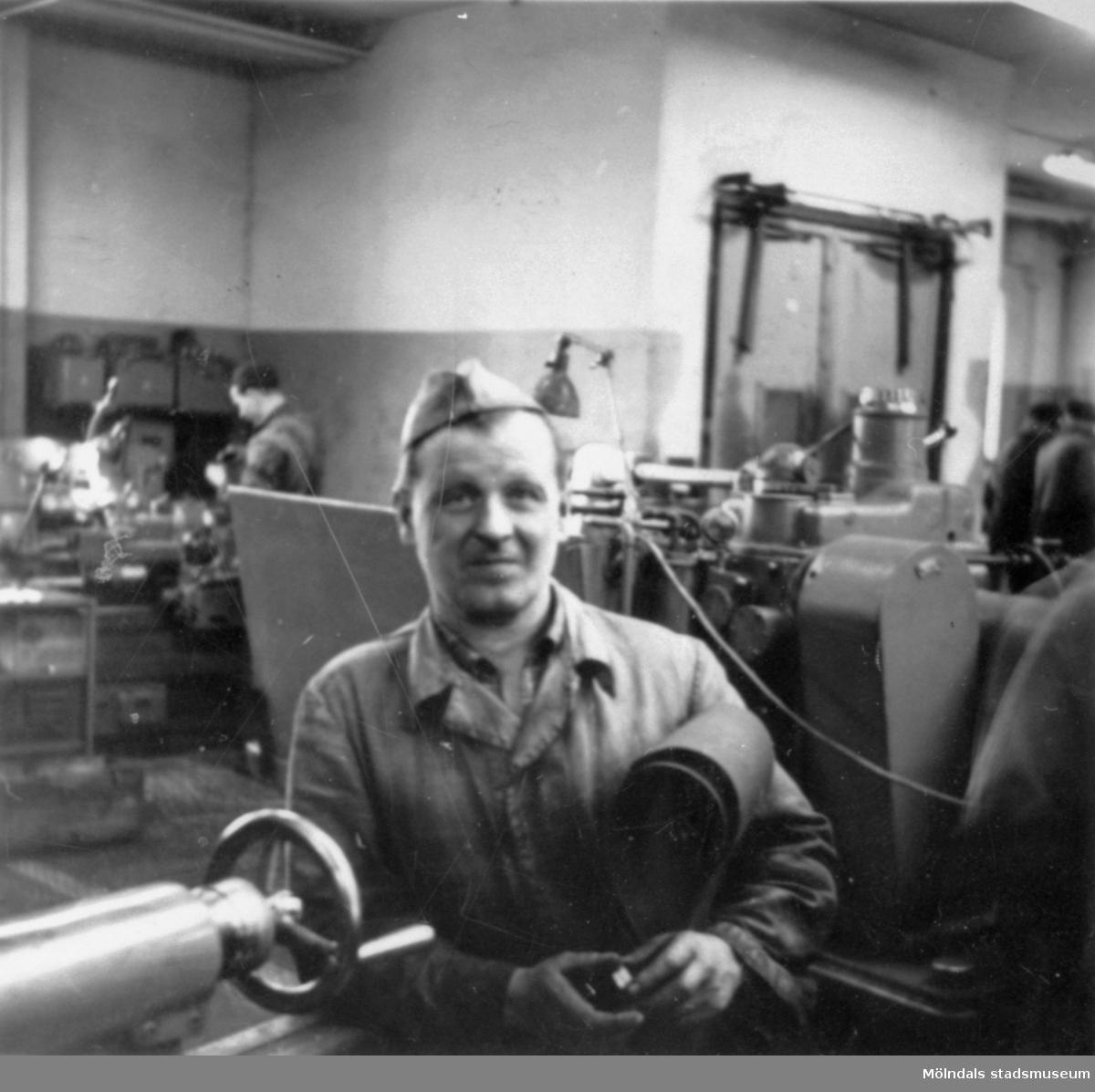 Givarens far Helmer Garthman, står vid en svarv på sin arbetsplats vid API (AB Pumpindustri). Krokslätt, 1950-tal.