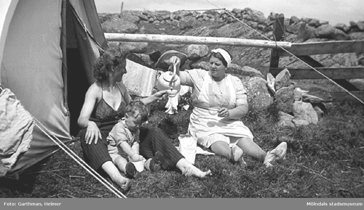 Astrid Garthman och sonen Leif blir bjudna på kaffe av svägerskan Ester Andersson (född Garthman). Limmared i Fjärås, 1944.