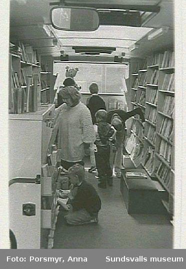 Sundsvalls Stadsbiblioteks bokbuss på besök i Bredsand.