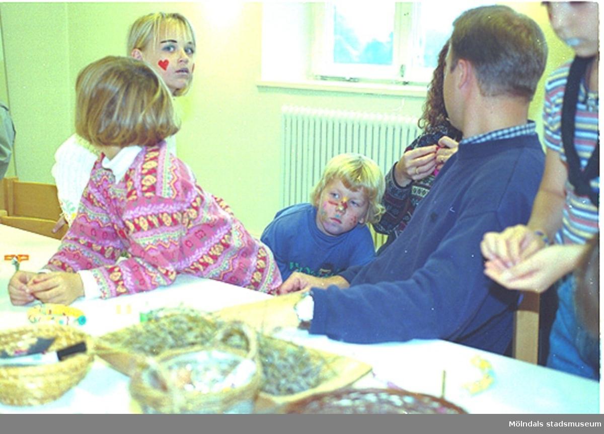 """Barnen gjorde egna arm- och halsband utav tyg. Familjesöndag på Mölndals Museum den 8/10 1995 under utställningen """"Krinoliner och kortkort""""."""
