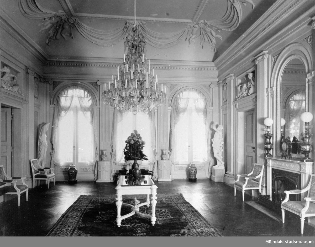 Stora salongen mot söder, fullt möblerad. Gunnebo slott 1930-tal.