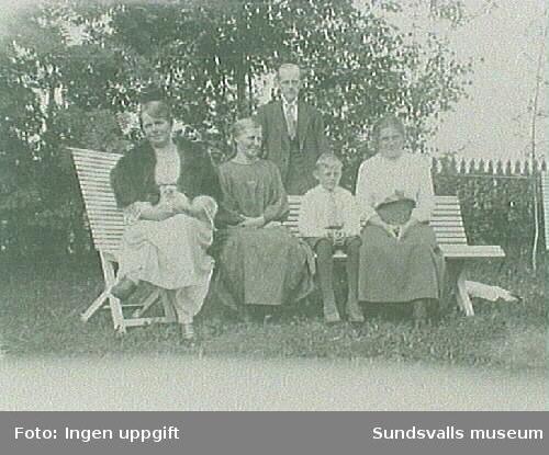 I trädgården på Hemmanet.Fr. v. Ida Johanssonoch Sandra Olsson, Helmer PetterssonHalvar 10 år, Hildur Pettersson.