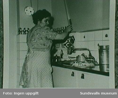 Ingegärd Östlund, hustru till Tage Östlund. Elspisen har nyss ersatt vedspisen.