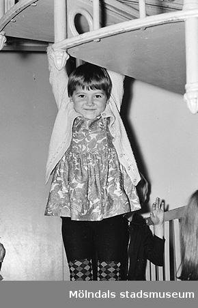 En flicka håller hängande i trappan vid Holtermanska daghemmet 1953.