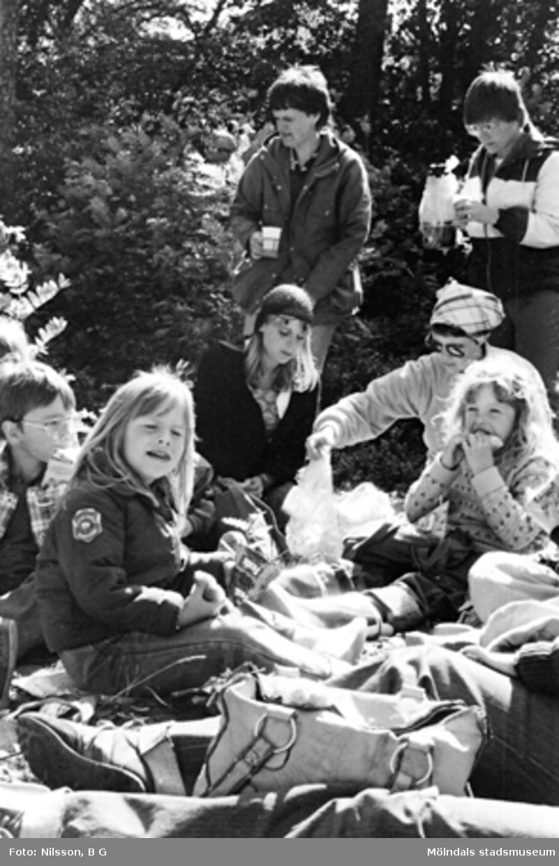 Barn och vuxna som äter i det gröna. Holtermanska daghemmet juni 1973.