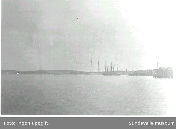 Vy över Sundsvallsfjärden. Heffners brädgård t v.