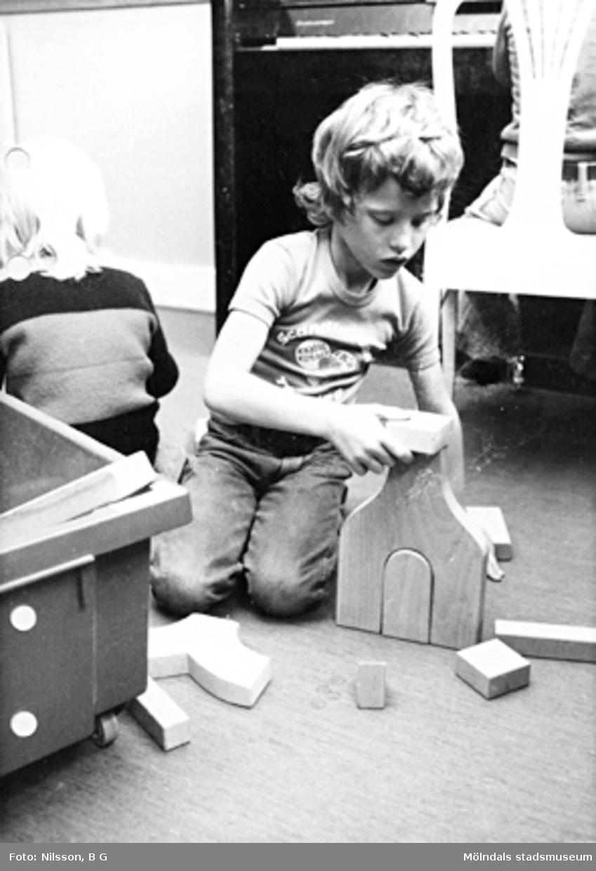Ett barn som leker med klossar. Holtermanska daghemmet maj 1975.