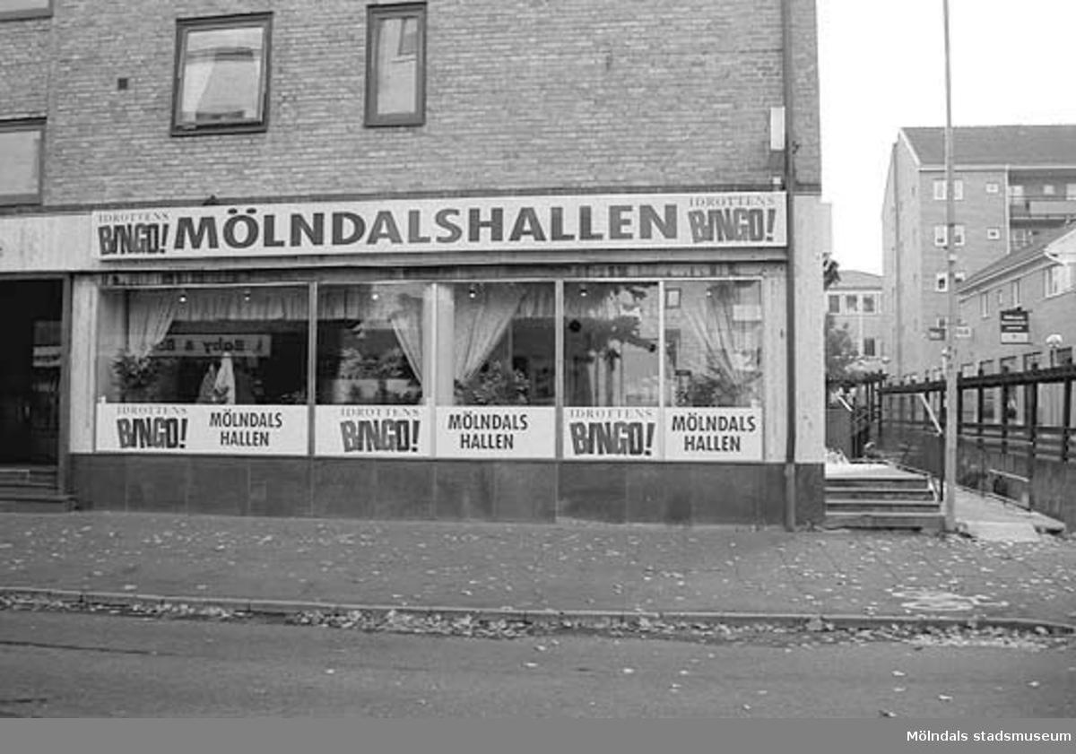 Mölndalshallen Bingo! Mölndalsbro i dag - ett skolpedagogiskt dokumentationsprojekt på Mölndals museum under oktober 1996. 1996_ 0931-0940 är gjorda av högstadieelever från Kvarnbyskolan 9A, grupp 2. Se även gruppbilder på klasserna 1996_1382-1405 och bilder från den färdiga utställningen 1996_1358-1381.