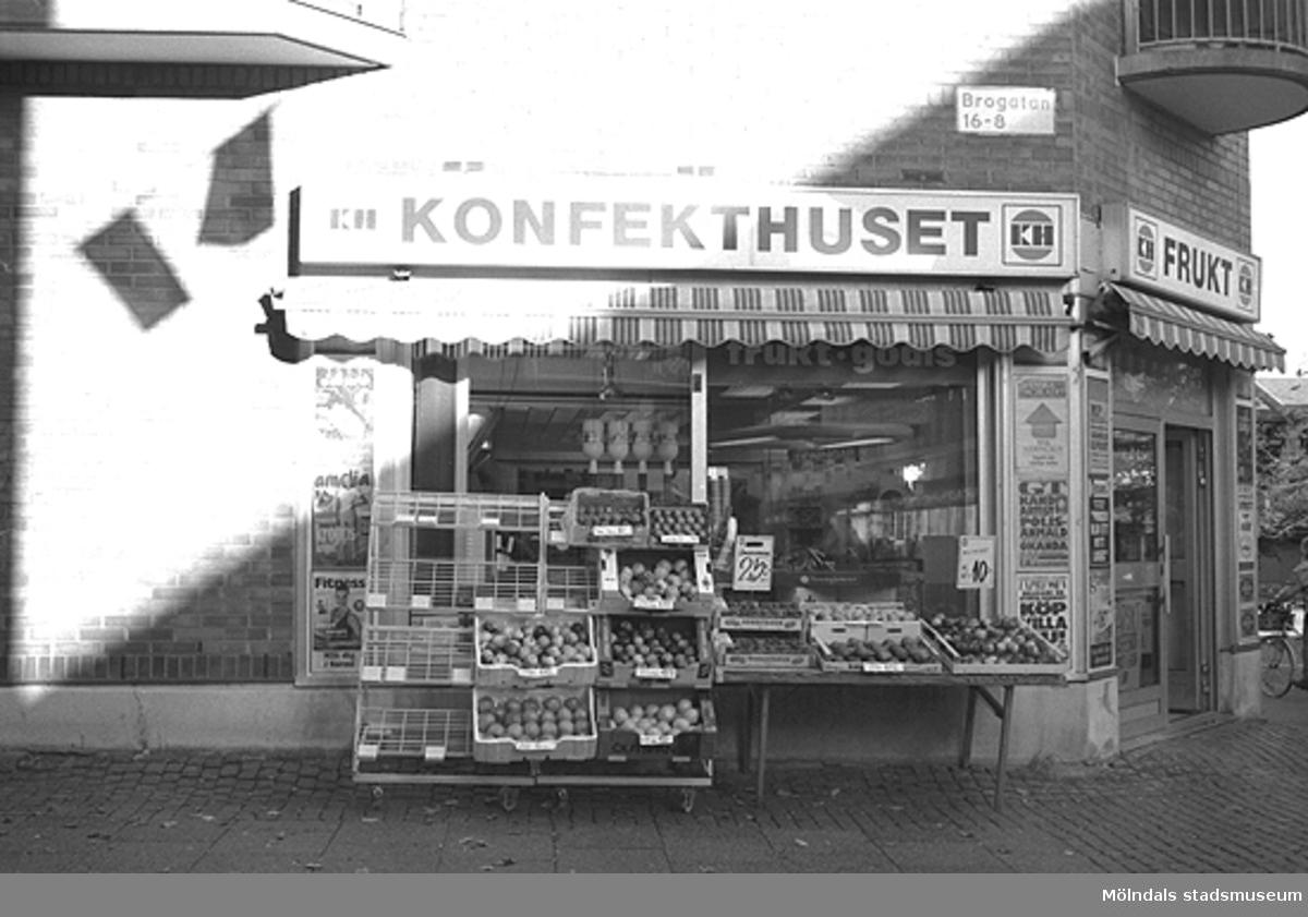 Konfekthuset på Brogatan. Mölndalsbro i dag - ett skolpedagogiskt dokumentationsprojekt på Mölndals museum under oktober 1996. 1996_1052-1060 är gjorda av högstadieelever från Kvarnbyskolan 9C, grupp 2. Se även 1996_0913-0940, gruppbilder på klasserna 1996_1382-1405 samt bilder från den färdiga utställningen 1996_1358-1381.